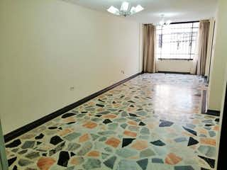 Una cama en una habitación con una ventana en Casa En Venta En Bogota San Basilio