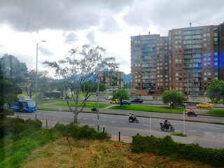 Un par de personas sentadas en un banco del parque en Apartamento En Venta En Bogota Modelia