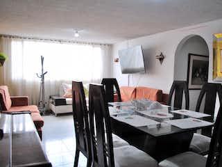 Una sala de estar llena de muebles y una televisión de pantalla plana en Apartamento en venta en Barrio Nicolás de Federman de tres habitaciones