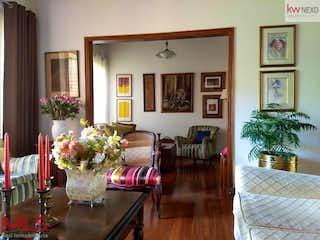 Una sala de estar llena de muebles y flores en Los Esteros