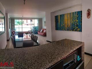 Una sala de estar llena de muebles y una ventana en Serrat