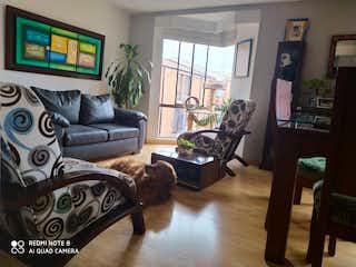 Una sala de estar llena de muebles y una televisión de pantalla plana en Apartamento en venta en Britalia de tres habitaciones