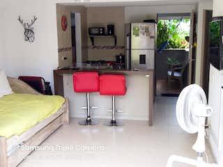Un dormitorio con una cama y una mesa en Venta Apartamento Santa Fe de Antioquia