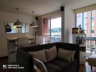 Una sala de estar llena de muebles y una ventana en Apartamento en venta en Portales del Norte de tres habitaciones