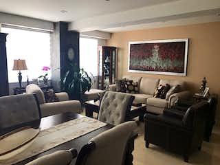 Una sala de estar llena de muebles y una gran ventana en Real 8