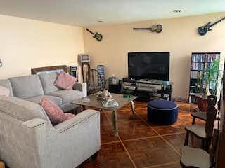 Una sala de estar llena de muebles y una televisión de pantalla plana en Casa en venta en Romero de Terreros de 350mts