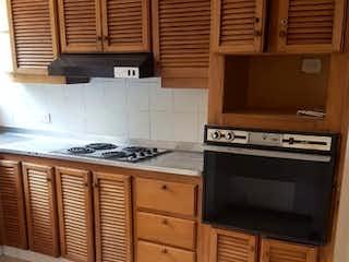 Cocina con fogones y microondas en Venta de apartamento en La Abadía - Envigado
