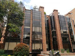 Un gran edificio con un reloj en él en Edificio Carolina Polo
