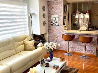 Una sala de estar llena de muebles y una mesa en Apartamento En Venta En Bogota Santa Barbara Central