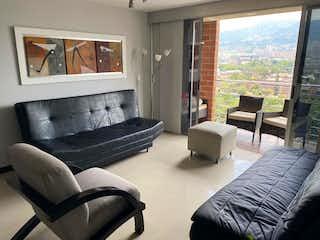 Una sala de estar llena de muebles y una gran ventana en Vendo Apartamento en María de Los ngeles (Poblado)