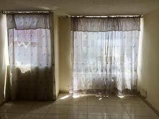 Un cuarto de baño con una cortina de ducha y una cortina de ducha en Apartamento en venta en Villa Gladys de tres habitaciones