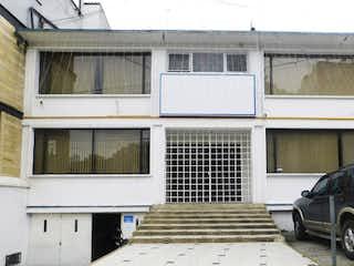 Un coche estacionado delante de una casa en Casa en venta en Galerías 717m²