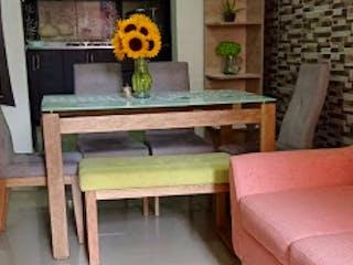 Un banco amarillo sentado en medio de una habitación en Casa en venta en Brasilia de 90m²