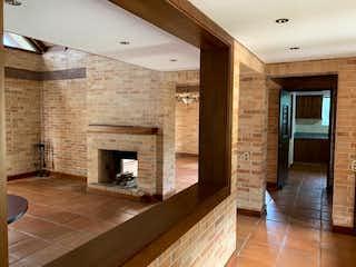 Una sala de estar muy bonita con chimenea en Casa en venta en Loma del Atravezado, de 1300mtrs2