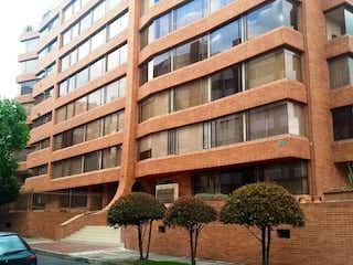 Un gran edificio delante de un edificio en Apartamento en venta en Barrio Usaquén de 3 alcoba