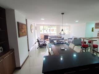Una sala de estar llena de muebles y una ventana en Apartamento en venta en Loma del Atravezado de dos alcobas