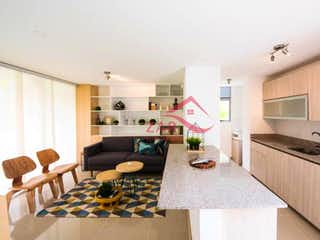 Una cocina con una mesa y sillas en ella en Nordica