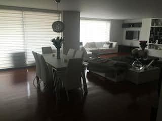 Una sala de estar llena de muebles y una ventana en Apartamento En Venta En Bogota Antiguo Country