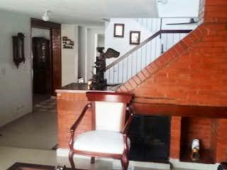 Una cocina con una mesa de madera y sillas en Casa En Venta En Bogota Cedro Golf