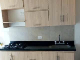 Una cocina con una estufa blanca encima del horno en Se vende apartamento en Bello