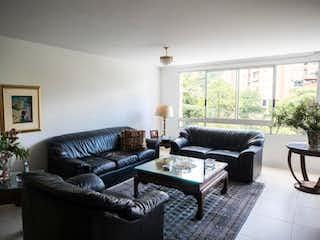 Una sala de estar llena de muebles y una chimenea en Apartamento en venta en Patio Bonito, 185m²
