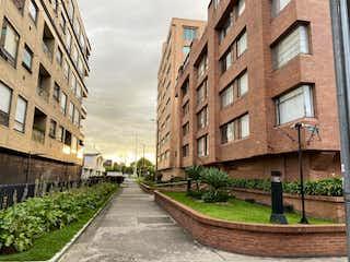 Un gran edificio de ladrillo con un montón de ventanas en Apartamento En Venta En Bogota Chico Navarra