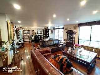 Una sala de estar llena de muebles y una mesa en Apartamento en venta en Barrio Teusaquillo, de 80mtrs2