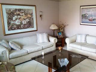Una sala de estar llena de muebles y una pintura en Apartamento en venta en Conquistadores de 3 alcoba