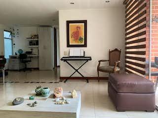 Una sala de estar llena de muebles y decoración en Apartamento en venta en La Abadía con Piscina...