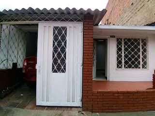 Una casa que tiene una ventana en ella en Casa en venta en Banderas de 4 habitaciones
