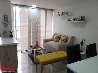 Una sala de estar llena de muebles y una ventana en Mazzaro