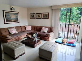 Una sala de estar llena de muebles y una ventana en Apartamento en venta en Loma del Escobero de tres alcobas