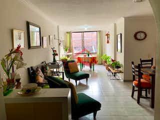 Una sala de estar llena de muebles y una mesa en CATALINA