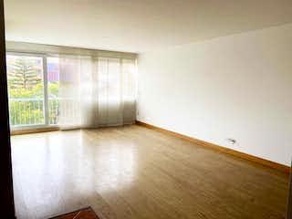 Una vista de una sala de estar con suelos de madera en Edificio