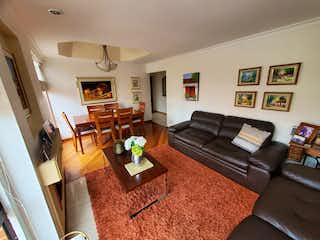 Una sala de estar llena de muebles y una televisión de pantalla plana en Apartamento en venta en Barrio Colina Campestre de tres habitaciones