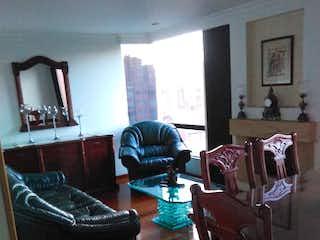 Una sala de estar llena de muebles y una ventana en Apartamento en venta en Barrio Colina Campestre de tres habitaciones