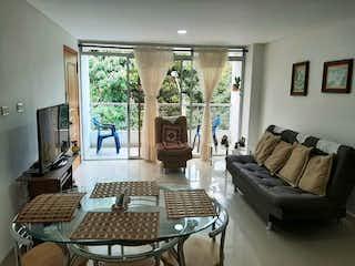 Una sala de estar llena de muebles y una televisión de pantalla plana en Se Vende Apartamento en Simon bolivar  ,Medellin