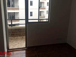 Una cocina con nevera y una ventana en No aplica