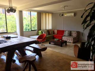 Una sala de estar llena de muebles y una ventana en ED AVILA