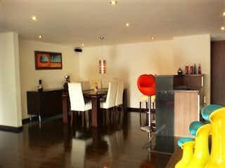Una sala de estar llena de muebles y una mesa en Apartamento en venta en Chicó Reservado de tres habitaciones