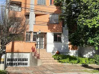 Un edificio de ladrillo alto con un reloj en él en Apartamento en venta en El Diamante, 67m²