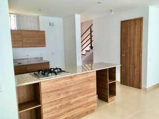 Un cuarto de baño con lavabo y un espejo en Casa en venta en La Ceja de 95mts