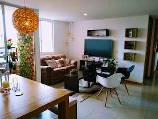 Una sala de estar llena de muebles y una televisión de pantalla plana en Apartamento en venta en San Nicolás de dos alcobas