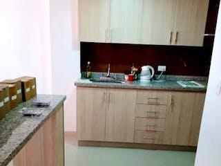 Una cocina con lavabo y microondas en PORTÓN DE CALASANZ
