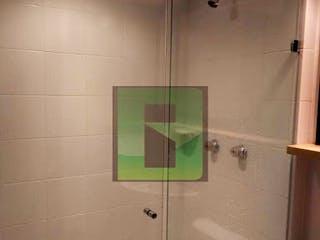 Un cuarto de baño que tiene una cortina de ducha verde en El Trapiche, Apartamento en venta en La Cumbre de 1 alcoba