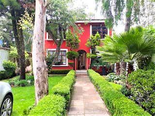 Un parque con un banco y un árbol en Casa en venta en la Colonia Tepepan, Xochimilco,