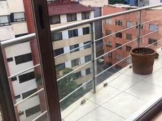 Una taza de café sentado en un alféizar de la ventana en DEPARTAMENTO EN VENTA EN COLONIA DEL VALLE