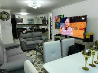 Una sala de estar llena de muebles y una televisión de pantalla plana en SE VENDE HERMOSO APARTAMENTO EN ESTADIO
