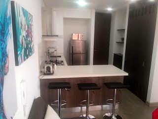 Una cocina con una mesa y sillas en ella en Apartamento en venta en San Patricio, de 41mtrs2