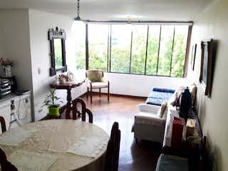 Una sala de estar llena de muebles y una televisión de pantalla plana en Apartamento en venta en Las Lomas de tres alcobas